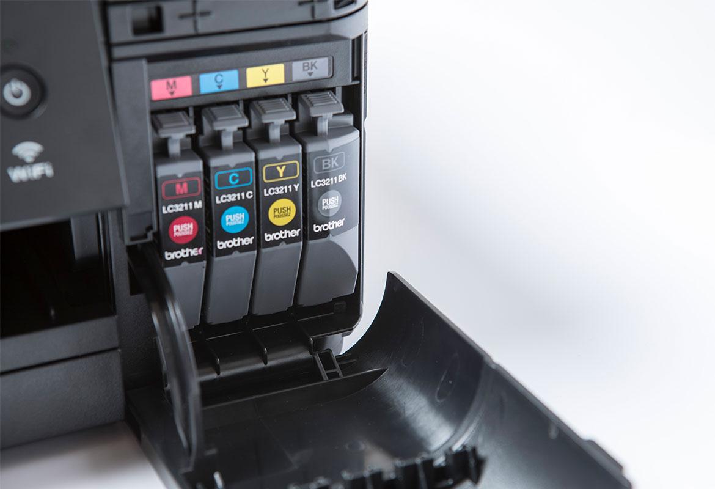 четыре чернильных картриджа внутри братского принтера