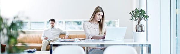 женщина сидела за столом на ноутбуке