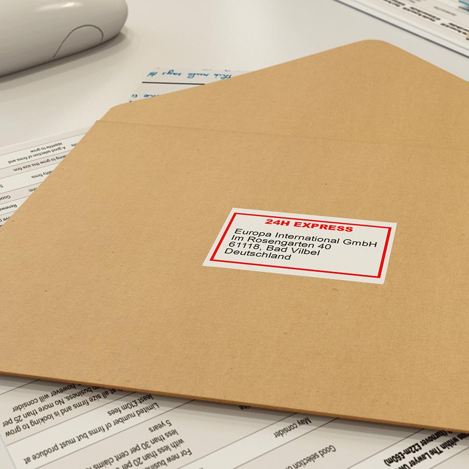 Brother DK22251: оригинальная неразрезанная бумажная лента для печати наклеек красным и черным на белом фоне, ширина: 62 мм. 2