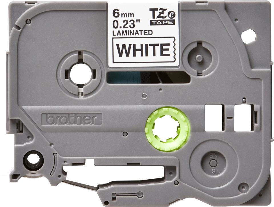 Brother TZe211: оригинальная кассета с лентой для печати наклеек черным на белом фоне, ширина 6 мм.