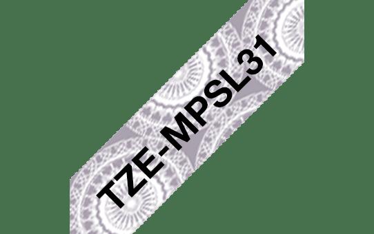 TZeMPSL31: оригинальная кассета с лентой для печати наклеек черным на  фоне серебристого орнамента в виде кружева, ширина 12 мм. 3