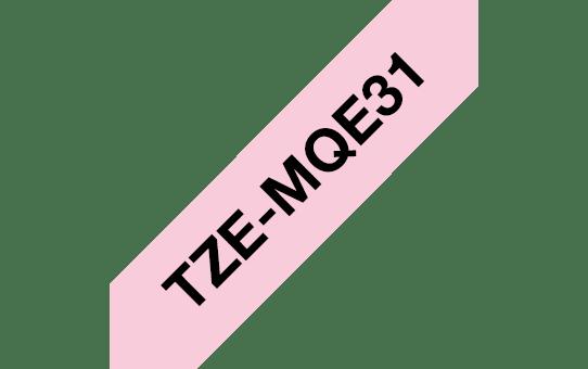 TZeMQE31: оригинальная кассета с лентой для печати наклеек черным на пастельно-розовом фоне, ширина 12 мм. 3